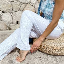 Les jolies broderies en relief du pantalon Trésor ✨ Petit plus, elles sont faites à la main 😏  #lacotonniere#vetementcoton#cottonclothing#pantalon#pant#white#whiteclothes#details#broderie#casualstyle#faitmain#embroidery